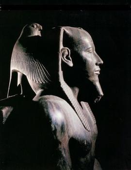 El faraon Kefren y Horus protegiendolo con sus alas
