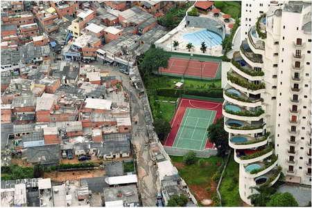 Bogăţie vs. Sărăcie (Împărat şi Proletar)